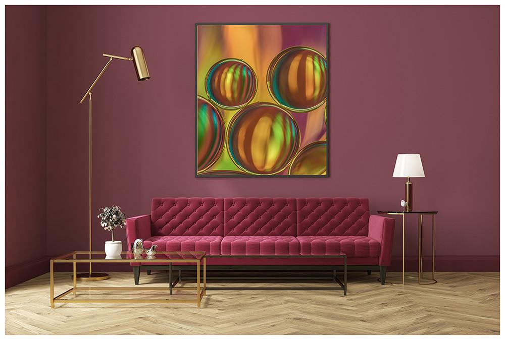 Wohnzimmer mit rotem Sofa und einem Foto von Regine Stauch an der Wand